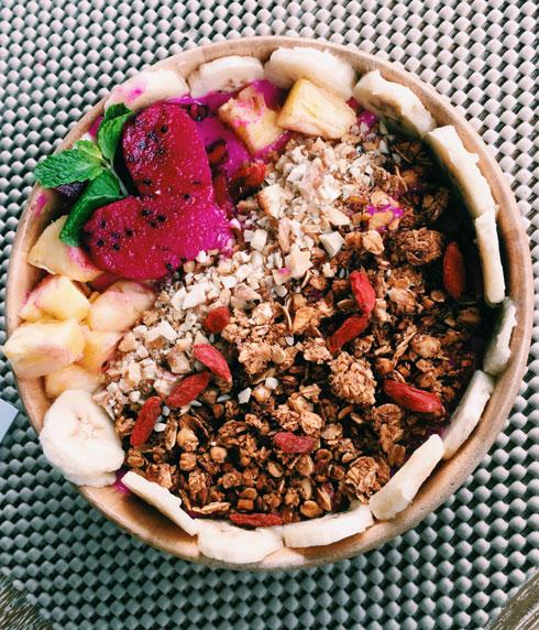 סמודי בננה ופירות יער, מוגש עם גרנולה, שבבי קוקוס וקקאו, זרעי צ'יה ופירות טריים  (צילום: ענבר חוברה)