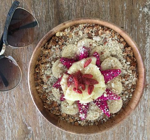 סמודי בננה ומנגו, מוגש עם גרנולה, שבבי אגוזים, ג'וגי ברי ופירות טריים  (צילום: ענבר חוברה)