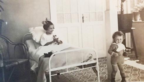 """שניים מילדי המשפחה בבית, בשנות העשרים של המאה הקודמת (צילום: מתוך אוסף עו""""ד חיים ליטוינסקי ע""""י שי פרקש)"""