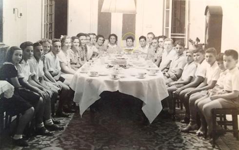 """חיים ליטוינסקי הבן בחגיגת בר המצווה שלו ב-1937, שנערכה בחלל הכניסה המרכזי (צילום: מתוך אוסף עו""""ד חיים ליטוינסקי ע""""י שי פרקש)"""