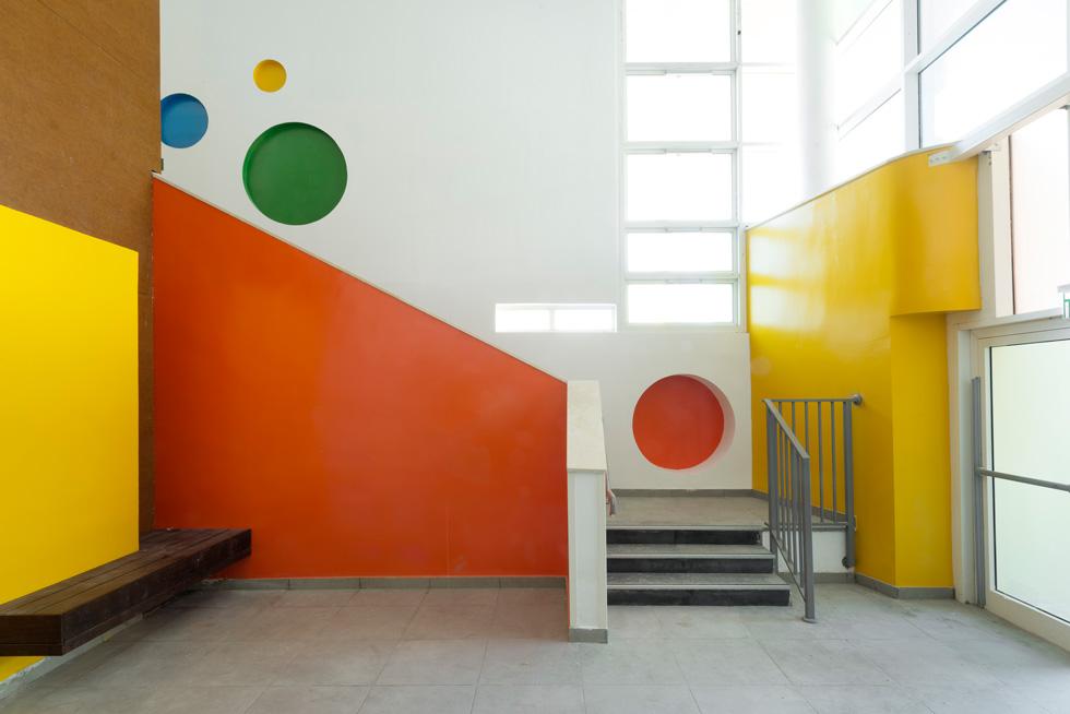 מבואת הכניסה הצבעונית. מדריך ההנחיות החדש מגדיל את שטחי השירות והמסדרונות (צילום: גדעון לוין)