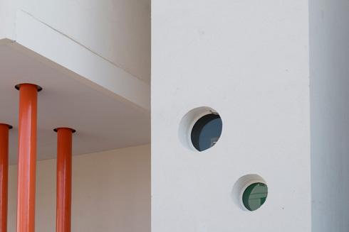 החל בצביעה חובבנית, וכלה בטעויות יציקה של הבטון. סובלים מכל הם החלונות העגולים, שחלקם צבעוניים ומחוררים את החזיתות (צילום: גדעון לוין)