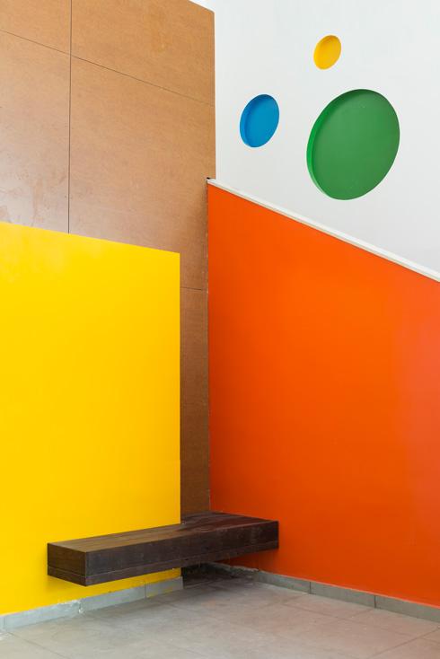 מבואת הכניסה. קומה כפולה וצבעוניות משחקית (צילום: גדעון לוין)