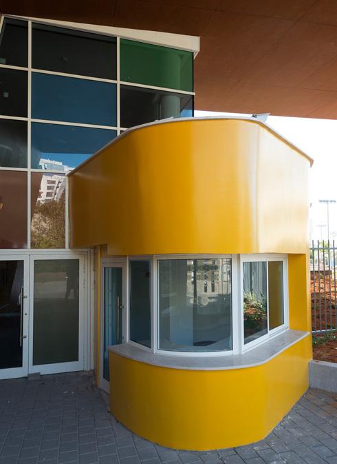 ביתן השומר הצהוב נצמד למבנה המוארך של בית הספר. צבעו ממשיך את צבעה של הקומה הראשונה (צילום: גדעון לוין)