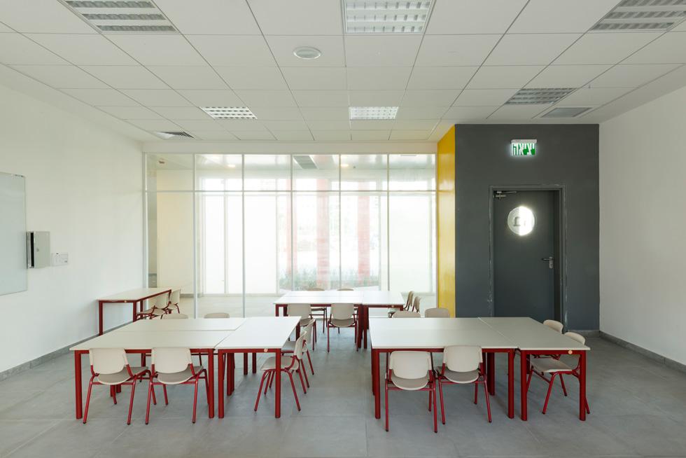 השקיפות מאפשרת למורים להשתמש במסדרון בזמן השיעור, ומאפשרת מוטת שליטה למחנכים בשני החללים בו בזמן (צילום: גדעון לוין)