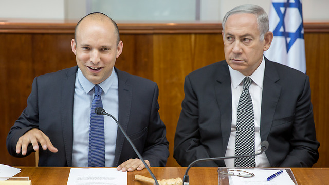 Bennett and Netanyahu during a cabinet meeting (Photo: Emile Salman) (Photo: Emile Salman)