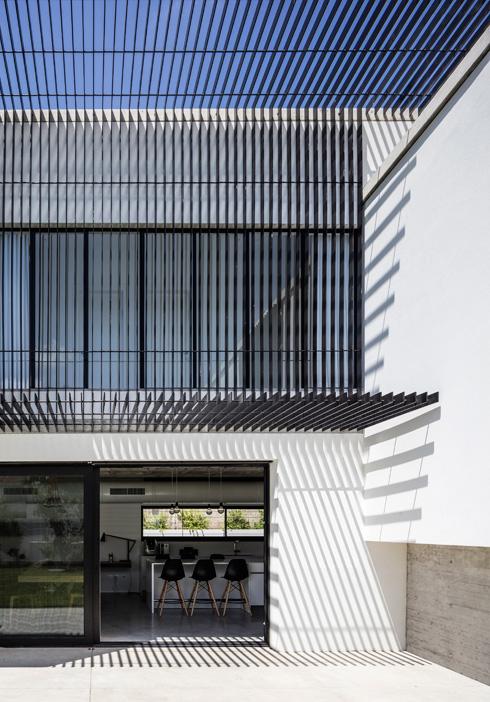 הצללה קבועה מלווה את המסדרון בקומה העליונה (צילום: עמית גרון)