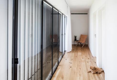 המסדרון מחבר בין שלושת חדרי השינה (צילום: עמית גרון)