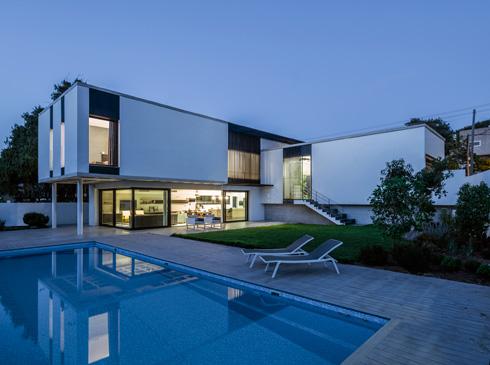 הבית תוכנן בצורת ר', שעוטפת את הגינה והבריכה (צילום: עמית גרון)