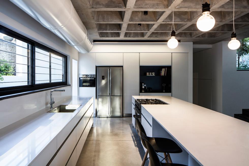 המטבח תוכנן בקווים נקיים והממ''ד שצמוד לו משמש כחדר שירות (צילום: עמית גרון)