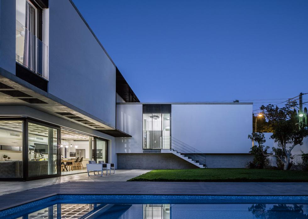 הבריכה קרובה לסלון, ובינה לבין הבית יש מדשאה גדולה, שאליה ניתן לרדת במדרגות שיוצאות מהמבואה שבמפלס הכניסה (צילום: עמית גרון)