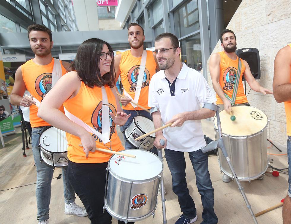 """נדב לוי וחברי להקת בי""""ס לסמבה (צילום: אורן אהרוני) (צילום: אורן אהרוני)"""