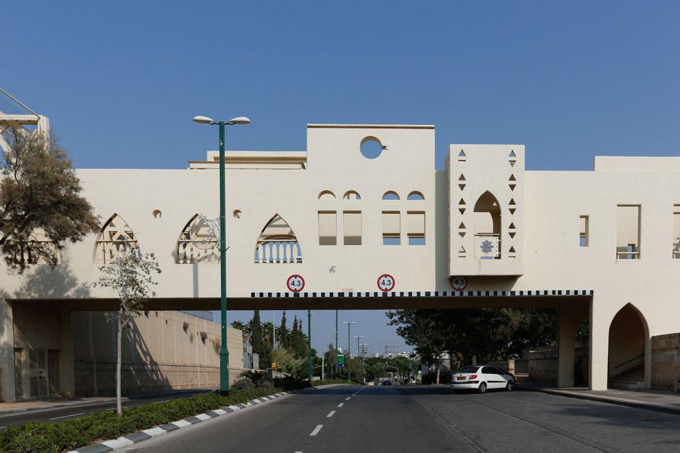 מתחת לגשר המפורסם בעג'מי. כשהחלו בתכנון, הבינו שבניגוד לצירים דומים בצפון המטרופולין ובמרכזו - כאן לא יעברו בשטחים פתוחים וירוקים (צילום: דור נבו)