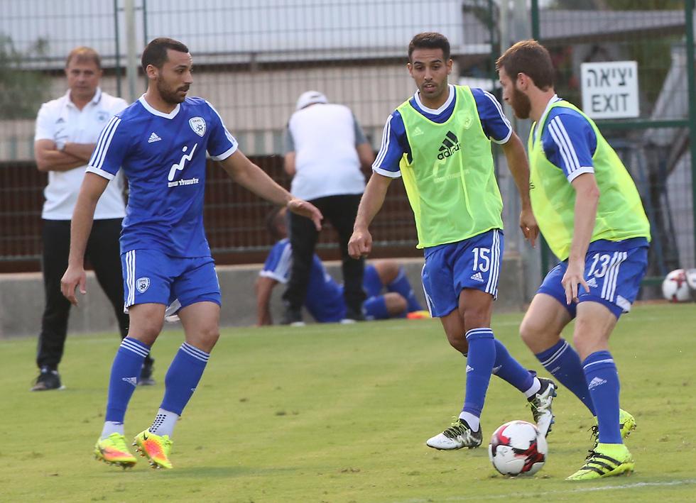 """מ""""המגרש השחור"""" לנבחרת ישראל - שיר צדק (משמאל) (צילום: אורן אהרוני) (צילום: אורן אהרוני)"""