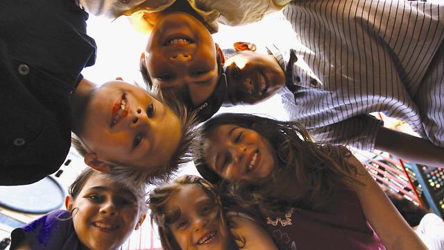 עלינו להוביל לאינטראקציה שתיצור בין התלמידים מיני-חברה שבה כולם דואגים לכולם כמו משפחה קטנה.  (צילום: קבלה לעם) (צילום: קבלה לעם)