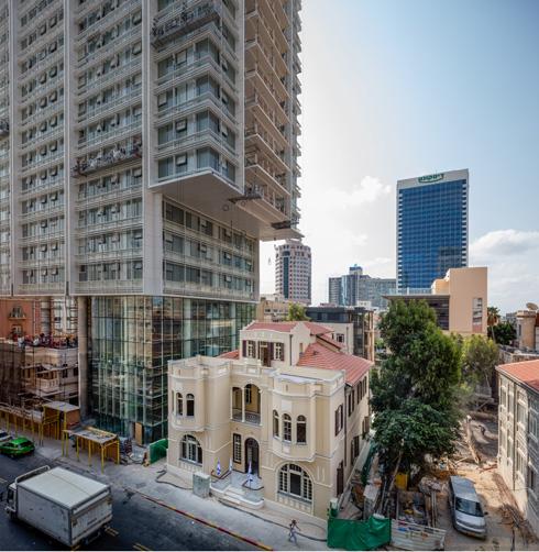 למגדל 16 קומות מגורים שמתחילות מעל הלובי הגבוה (צילום: אינסה ביננבאום)