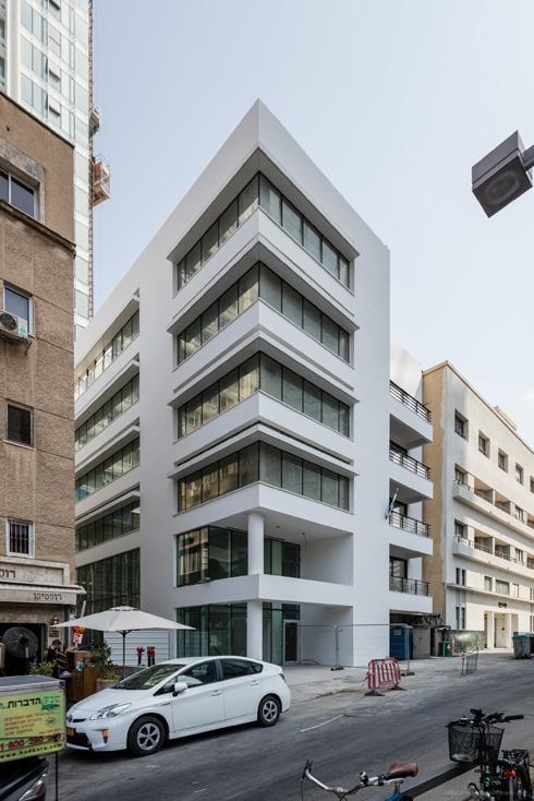 בצדו השני של המתחם פונה לשדרות רוטשילד בניין בן 6 קומות. כחלק מהפרויקט, מוכשר לציבור מעבר בין שני הרחובות (צילום: אינסה ביננבאום)