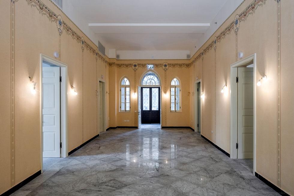 הבית המקורי, שלא ידוע מי תיכנן אותו, היה בן קומה אחת בלבד וניכר כי נבנה בהשראת אופיים של בתי הליוואן, בתי הערבים האמידים ביפו. חלל מרכזי גדול, מרוצף בשיש קררה בשחור-לבן, קיבל את פני המשפחה. סביבו תוכננו החדרים, שעוטרו בציורי קיר, כותרות גרפיות ואריחי בטון צבעוניים (צילום: אינסה ביננבאום)