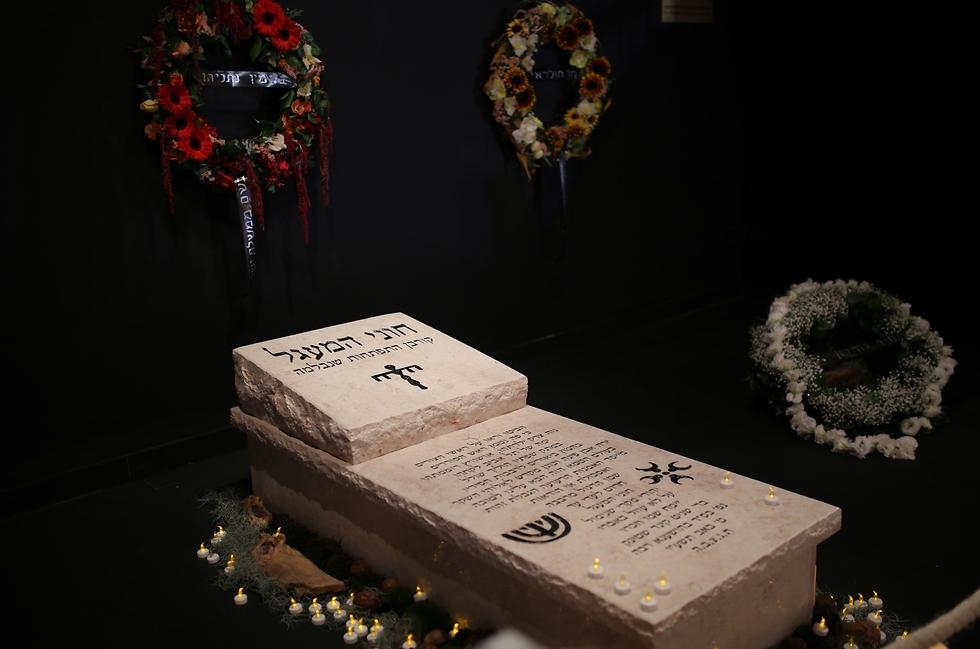 יצירתו של חוני המעגל במסגרתה בנה את קברו שלו (צילום: אבי בן זקן) (צילום: אבי בן זקן)