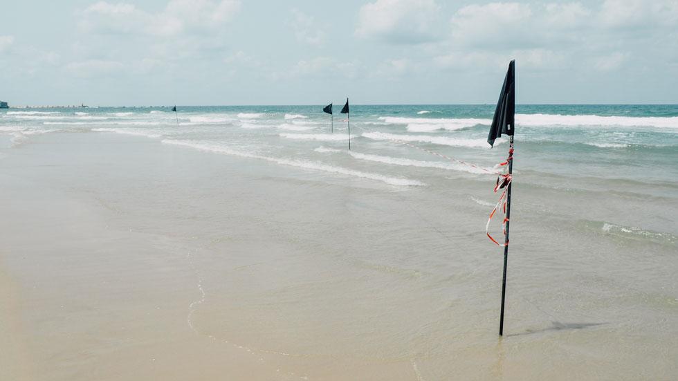 """טמפרטורת המים: 29 מעלות, מצב הים: גלי, גובה הגלים: 130-60 ס""""מ (צילום: אורית פניני)"""