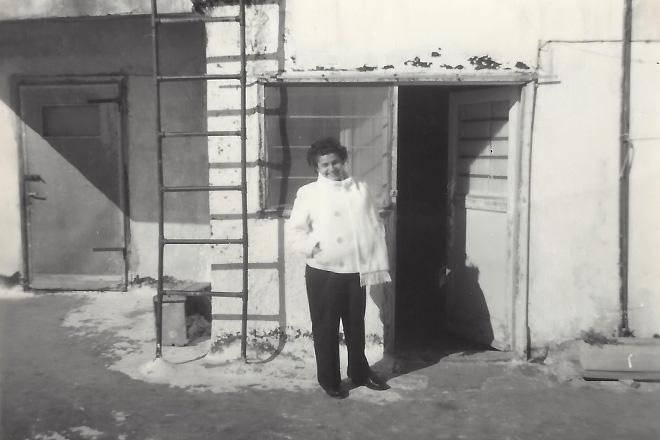ללא הכרה, עם סכין ביד. הילדה שטראוס בפתח דירת הגג שלה (צילום: אלבום פרטי)