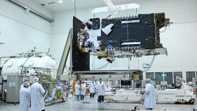 Сборка спутника. Фото: IAI