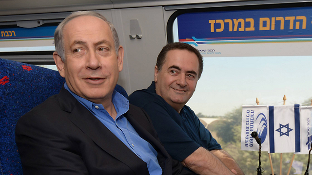 PM Netanyahu and MK Katz on the train (Photo: Chaim Tzach) (Photo: Chaim Tzach)