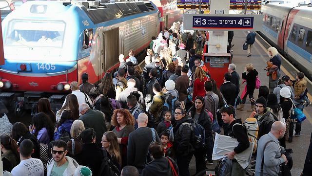 עומס בתחנת ארלוזורוב בתל אביב (צילום: יריב כץ)