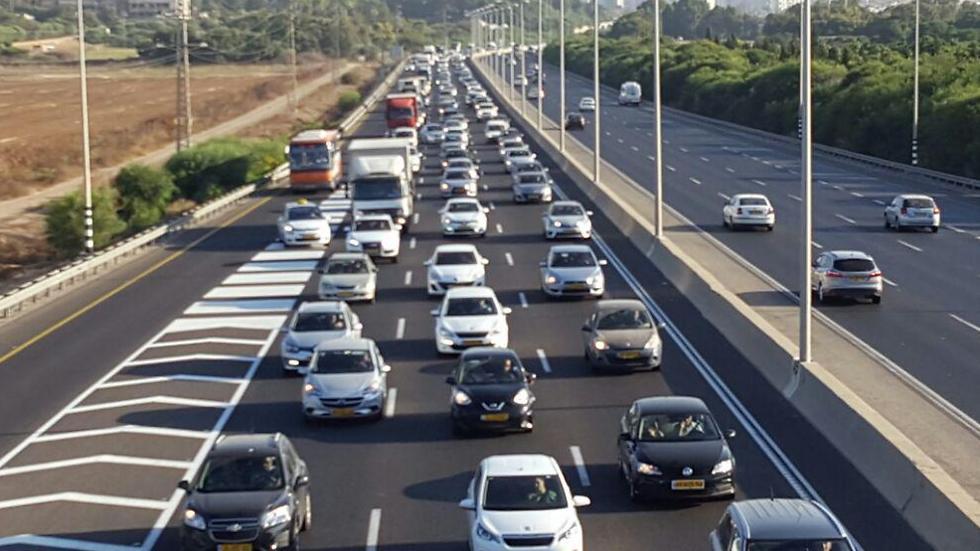 Машины на дорогах Израиля. Фото: Яир Саги