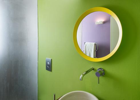 סגול לצד ירוק, מראה מאיקאה לצד כיור מסטודיו מקומי לקדרות (צילום: עמית גושר)