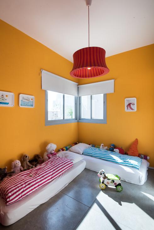 חדר ילדים פשוט וכתום (צילום: עמית גושר)