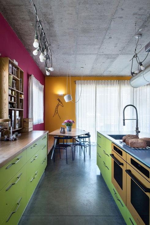 התנורים הצהובים נראים מתוך המטבח ומתאימים לקיר שברקע (צילום: עמית גושר)
