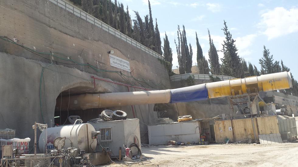 הכניסה התחתונה לעיר המנהרות. ''מחזירים עטרה ליושנה'', מכריז השלט הגדול מעל הפתח (צילום: גיא נרדי)