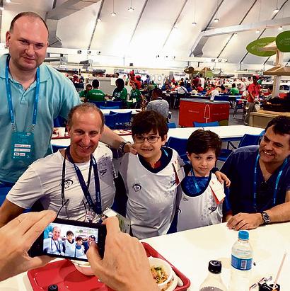 קיקולר ומשפחתו בביקור אצל המשלחת | צילום: הוועד הפראלימפי