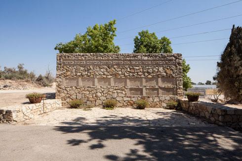 ארץ ישראל הישנה נעלמת בבית הקברות הקיבוצי. לחצו לכתבה המלאה (צילום: טל ניסים)