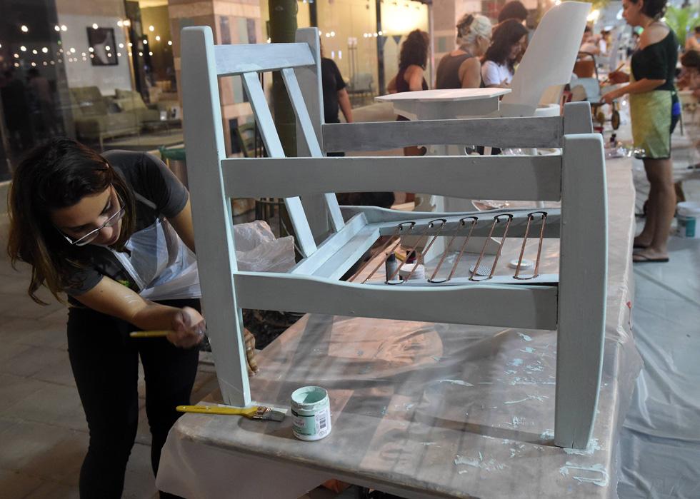 רהיטים ישנים מצריכים לא פעם הדבקות של חלקים שנשרו או מילוי חורים (צילום: חיים הורנשטיין)