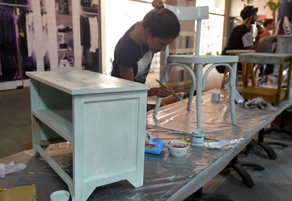 חלק ממשתתפים הביאו רהיטים שנאספו ברחוב, אחרים קנו רהיטים חדשים לטובת הסדנה באיקאה ובמקס סטוק (צילום: חיים הורנשטיין)