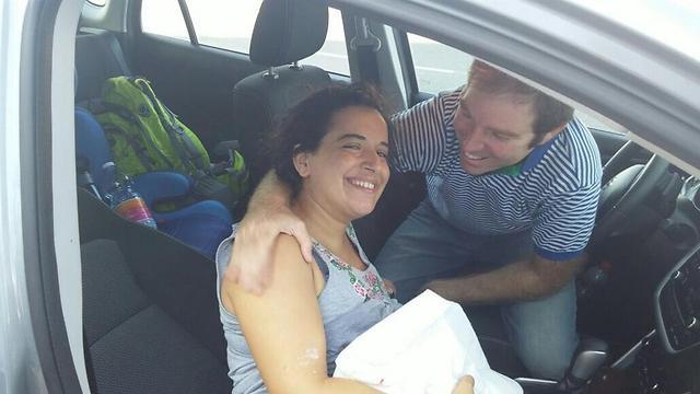דגנית גרי, הבעל והתינוק מיד אחרי הלידה, עדיין במכונית ()