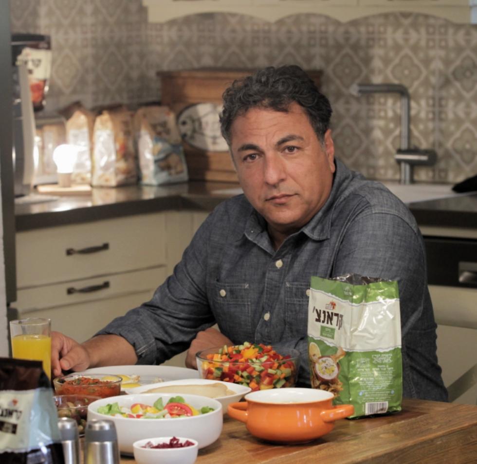 """חיים כהן על סט הצילומים: """"לטבחים היום הרבה יותר קשה ממה שלי היה כשהתחלתי לבשל"""" (צילום: רפי דלויה) (צילום: רפי דלויה)"""