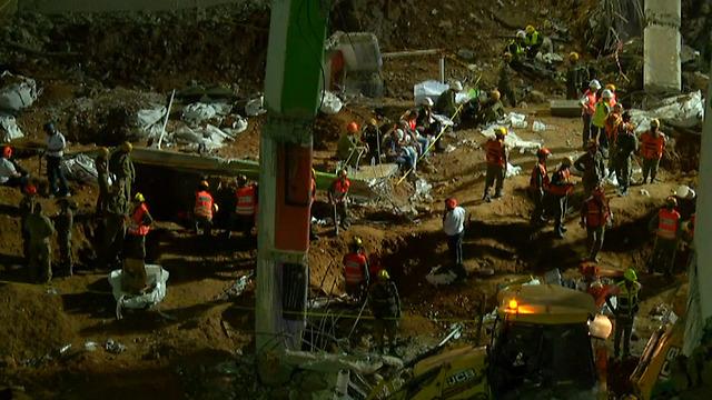 עם אתים וגנרטורים. מאמצי החילוץ בתל אביב נמשכים (צילום: יוגב אטיאס) (צילום: יוגב אטיאס)