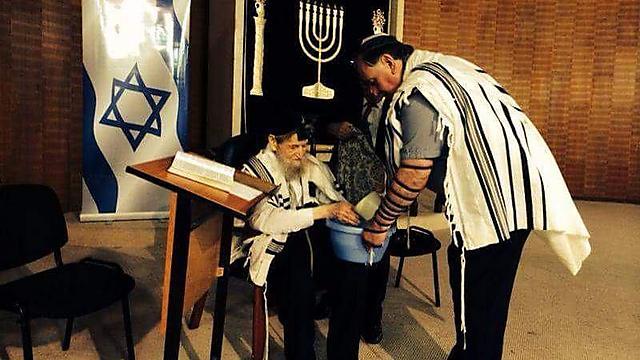 יונה יהב (לוי) נוטל את ידי הרב כהן (צילום: שאול מנסבך)