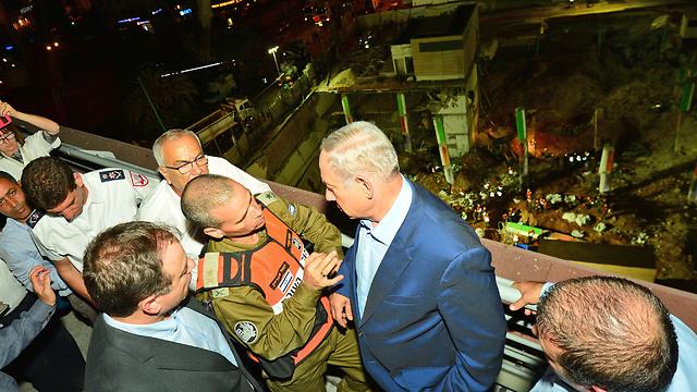 Netanyahu at the collapse site (Photo: Kobi Gideon)