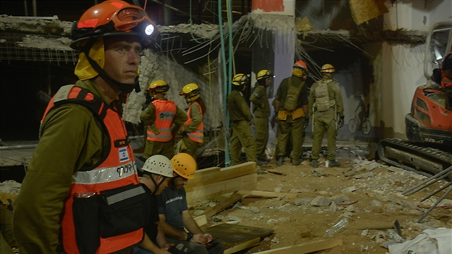 Home Front Command rescue workers at the scene of the collapse (Photo: IDF Spokesman)