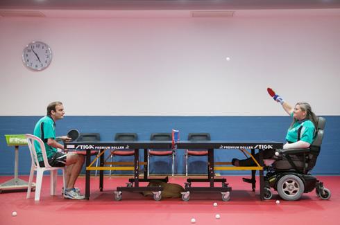 """בריל ליד השולחן. """"אני עושה הרבה יותר מאנשים אחרים"""" (צילום: אוהד צויגנברג)"""