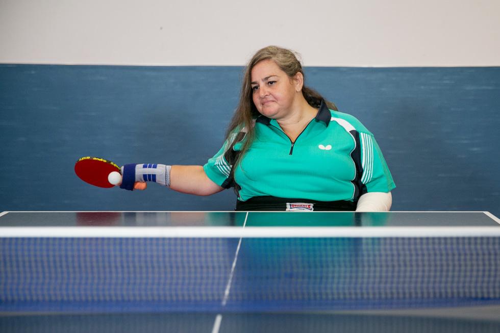"""""""רק ליד שולחן הטניס אני סוף-סוף מרגישה כמו בן אדם. זה המקום היחידי שבו אני לא מרגישה מוגבלת"""" (צילום: אוהד צויגנברג)"""