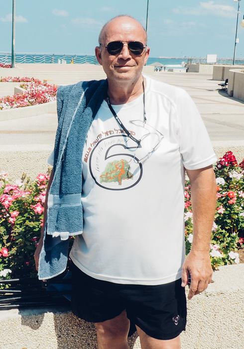 """יוסי קלמן, בן 64 מגן יבנה. """"אני מפוטר ולא עובד, אז צריך להתחיל ליהנות מהחיים, לרקוד, להתנדב. אני מגיע לפה ארבע פעמים בשבוע"""" (צילום: אורית פניני)"""