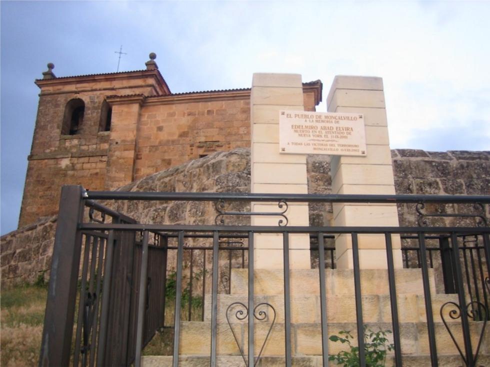 אנדרטה אישית בעיירה קטנה בספרד לזכר ילידה, אדלמירו עאבד אלווירה, שנספה באסון התאומים ()