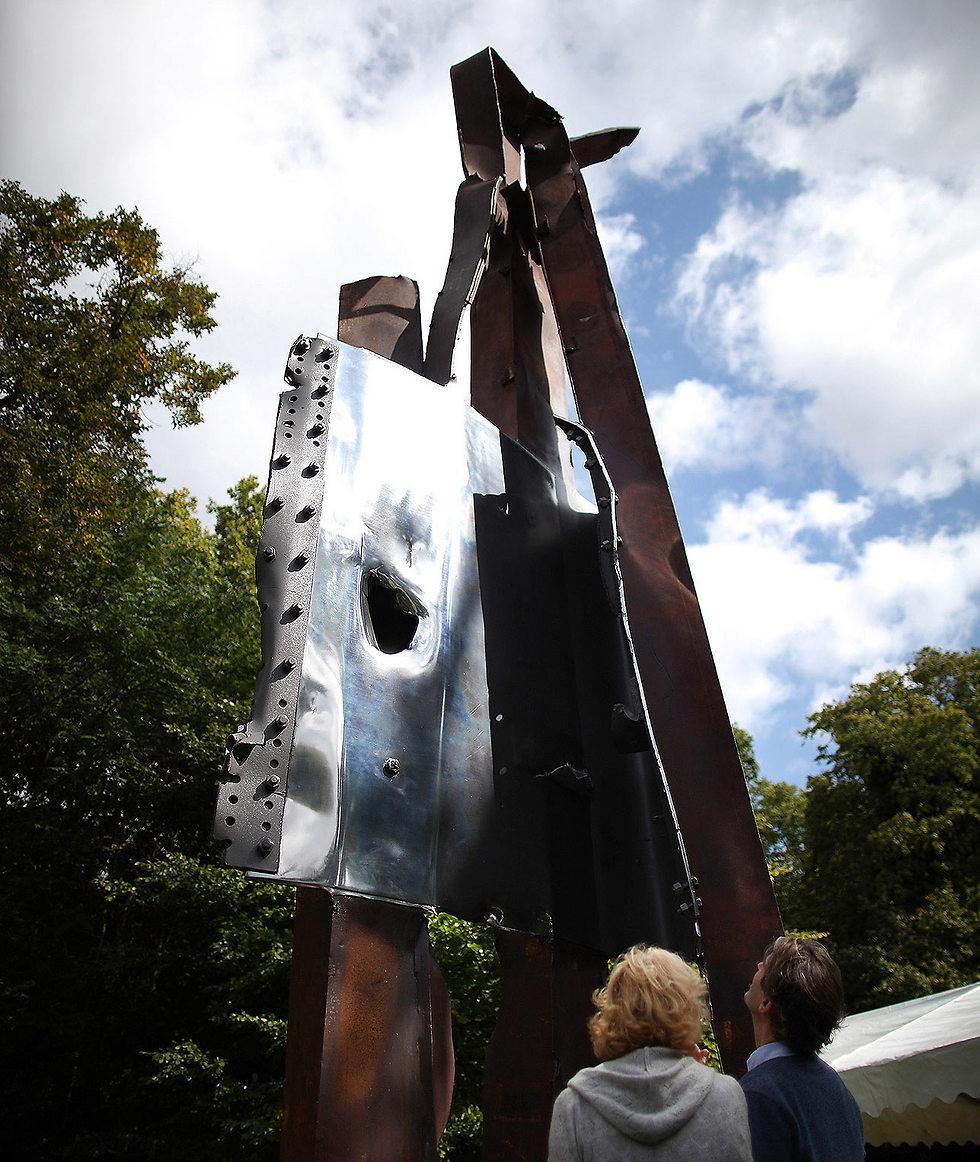 """האנדרטה בפארק האולימפי בלונדון שבנויה מחלקי המגדלים, אותם קיבלו מעיריית נ""""י ()"""
