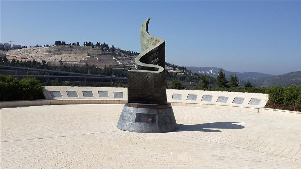 """האנדרטה של קק""""ל והפסל, אליעזר ויסהוף, בעמק הארזים בירושלים ()"""