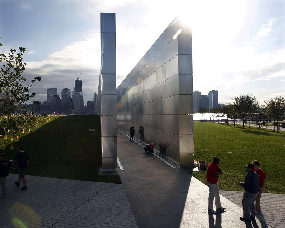 """""""שמיים ריקים"""": שם אחת האנדרטאות בניו ג'רזי שמבטא בדיוק את מה שהותירו המגדלים שקרסו, מהתצפית הזאת על נ""""י ()"""